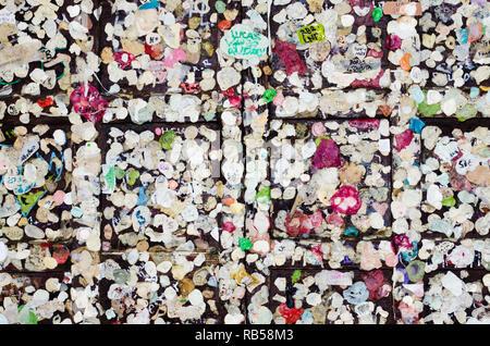 Close up della bacheca all'ingresso della casa di Giulietta a Verona. Pieno di poco amore messaggi scritti su carta adesiva. Concetto di leale Foto Stock