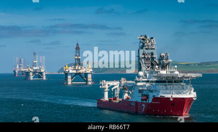 Olio offshore Piattaforme di perforazione ancorato in Cromarty Firth vicino a Invergordon, Scozia, Regno Unito, Europa.