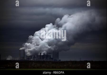 Grevenbroich, Germania. 07Th Dec, 2018. Vapore e fumo alzarsi da RWE alimentato a lignite Neurath power plant. Credito: Oliver Berg/dpa/Alamy Live News Foto Stock