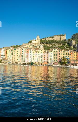Il mare azzurro telai le tipiche case colorate di Portovenere La Spezia Provincia Liguria Italia Europa Foto Stock
