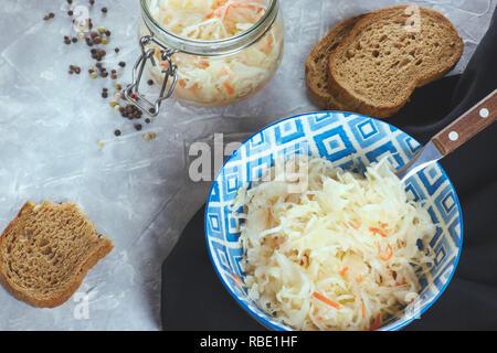 Crauti in una piastra su un sfondo di calcestruzzo. La composizione della festa con i crauti. nazionale piatto russo. home i preparativi per l'inverno.