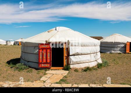 Tradizionale alloggiamenti mongola / yurta in un campeggio turistico nel deserto dei Gobi vicino Bajandsag (Flaming Cliffs, deserto dei Gobi, Mongolia, Asia) Foto Stock