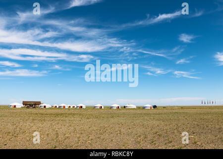 Vista del deserto dei Gobi con le tradizionali scatole mongola / yurta in un campeggio turistico vicino Bajandsag (Flaming Cliffs, deserto dei Gobi, Mongolia, Asia) Foto Stock
