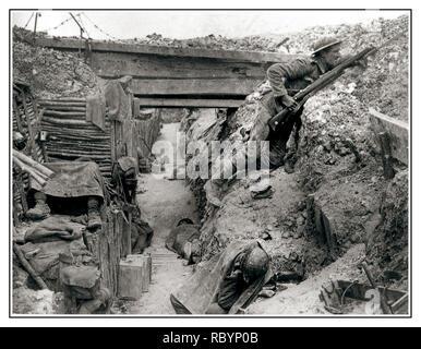 WW1 Battaglia delle Somme scavi una trincea tedesca ora occupata dai soldati britannici in appoggio durante una tregua nei combattimenti nei pressi della strada Albert-Bapaume a Ovillers-la-Boisselle, Luglio 1916 durante la battaglia della Somme. Gli uomini vengono da una società, xi battaglione del reggimento Cheshire. Foto Stock
