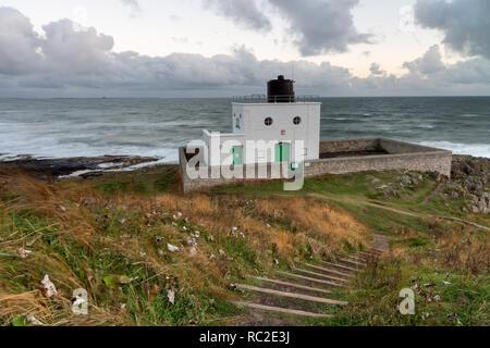 Bamburgh faro fu costruito da Trinity House nel 1910 per guidare il trasporto marittimo lungo la costa di Northumberland e nelle acque intorno alle isole farne
