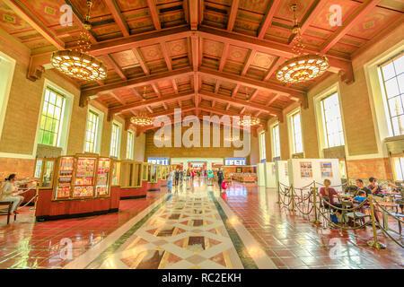 Los Angeles, California, Stati Uniti - 9 Agosto 2018: interno della storica sala ingresso con il soffitto dipinto della Union Station e la stazione ferroviaria principale di Los Angeles Downtown. Foto Stock