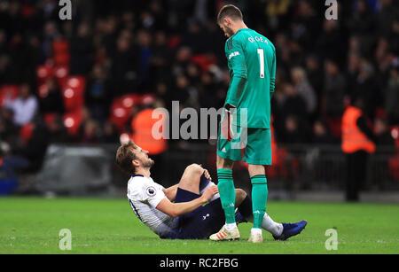 Tottenham Hotspur Harry Kane (sinistra) giace feriti come il Manchester United portiere David de Gea controlli su di lui dopo la Premier League match allo Stadio di Wembley, Londra. Foto Stock
