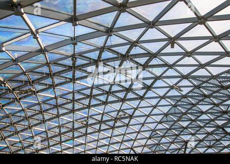 Mosca, Russia, 13 maggio 2018 Zaryadye parco nel centro di Mosca. Schema triangolare di vetro trasparente tetto moderno Foto Stock
