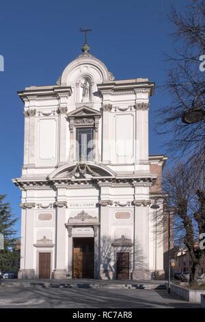 Vista della facciata di San Giovanni Battista chiesa parrocchiale, girato in condizioni di intensa luce invernale a Robecco sul Naviglio, Milano, Lombardia, Italia Foto Stock