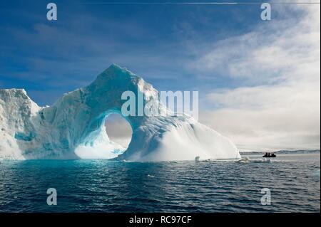 Arco Naturale scolpito in un iceberg, Antartico Suono, Penisola Antartica, Antartide Foto Stock