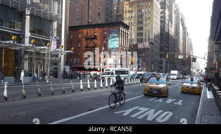 Tipica strada in vista di Manhattan al 8° Avenue - New York / STATI UNITI D'America - 4 Dicembre 2018