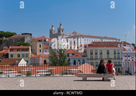 Sao Vicente da Fora Chiesa visto dalla Santa Luzia Viewpoint, quartiere di Alfama, Lisbona, Portogallo, Europa Foto Stock
