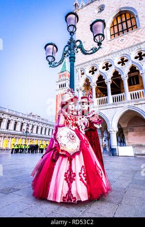 A Venezia il Carnevale di Venezia con una bella maschera in Piazza San Marco, Italia Foto Stock
