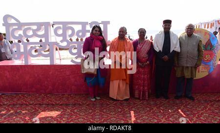 Di Allahabad, India. Xvii gen, 2019. Presidente di Ram Nath Kovind insieme con la sua famiglia e Uttar Pradesh Chief Minister Aditya Nath yogi e governatore di Ram naik pone per foto a selfie punto in Sangam dopo l'esecuzione di Ganga Pujan durante il Kumbh. Credito: Prabhat Kumar Verma/Pacific Press/Alamy Live News