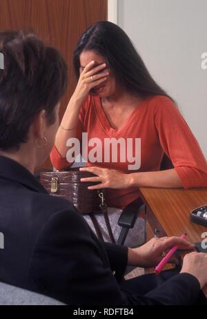 468498672c69 Ritratto di anglo-asian donna incinta in bianco che scorre vestiti ...