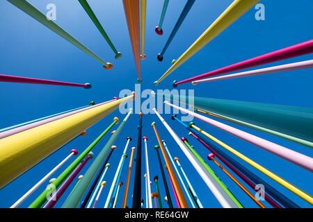 Bassa vista prospettica del colouris artwork, Milano da nella vita della Città distretto da Pascale Marthine Tayou contro un cielo blu chiaro Foto Stock