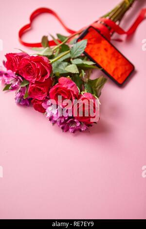 Le Rose Rosa Bouquet Con Hart Archetto Sagomato E Telefono Cellulare