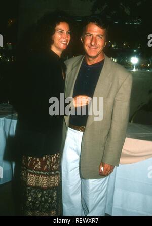 LOS ANGELES, CA - 16 ottobre: Attore Dustin Hoffman e la moglie Lisa Hoffman frequentare progetto Eco-School evento su ottobre 16, 1993 a Los Angeles, California. Foto di Barry re/Alamy Stock Photo Foto Stock