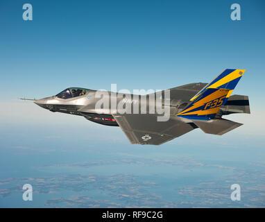 110211-O-XX000-001 Naval Air Station PATUXENT RIVER, Md. (feb. 11, 2011), Stati Uniti Navy variante del F-35 Joint Strike Fighter, la F-35C, effettua un volo di prova sopra la baia di Chesapeake. Lt. La Cmdr. Eric 'Magia' Buus volò il F-35C per due ore, controllo strumenti in grado di misurare carichi strutturali sulla cellula durante le manovre di volo. La F-35C è distinto dal F-35A e F-35B varianti con ala maggiore di superfici e rinforzata di atterraggio per un maggiore controllo durante il funzionamento del veicolo esigente di decollo e atterraggio ambiente. (U.S. Navy Photo courtesy Lockheed Martin/rilasciato) Foto Stock