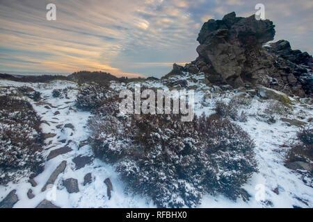 Nevicata sulla Stiperstones nello Shropshire, Regno Unito durante la nevicata del gennaio 2019. Guardando la naturale Ice Age formazione di roccia che si affaccia la contea Foto Stock