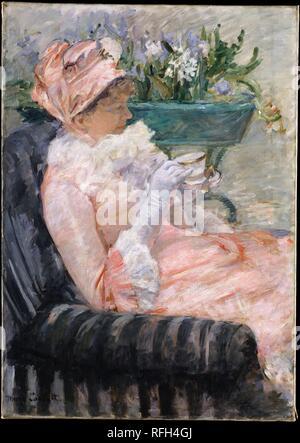 La tazza di tè. Artista: Mary Cassatt (American, Pittsburgh, Pennsylvania 1844-1926 Le Mesnil-Théribus, Oise). Dimensioni: 36 3/8 x 25 3/4 in. (92,4 x 65,4 cm). Data: ca. 1880-81. Prendere il tè del pomeriggio era un rito sociale per molti di classe medio-alta delle donne. Impegnata a raffiguranti eventi ordinari della vita quotidiana, l'artista ha realizzato il rituale che il soggetto di una serie di opere dipinte intorno al 1880, quando aveva vissuto all'estero per la parte migliore di un decennio. Il suo modello di questa tela è stata la sorella, Lydia, che si erano trasferiti a Parigi, insieme con i loro genitori, 1877 e spesso poste per lei. Cas Foto Stock
