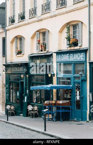Le imprese colorati su Rue de la Montagne Sainte Geneviève, a Parigi, Francia Foto Stock