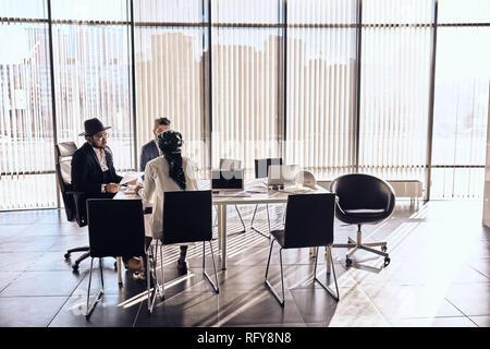 Partner arabi si offre di collaborare con la sua società Foto Stock