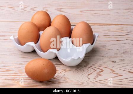 Uovo di ceramica titolare o vassoio, con sei grandi uova di colore marrone. Foto Stock