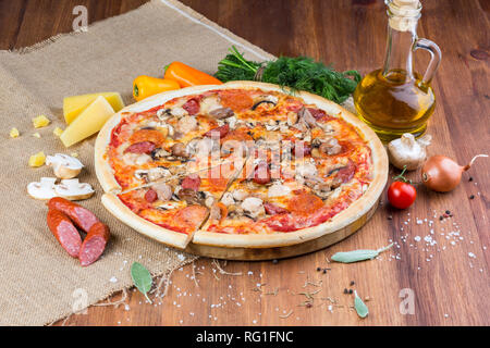 Una deliziosa pizza fatta in casa Foto Stock