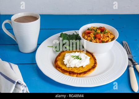 Ad esempio strapazzate con pomodoro e cipolla o huevos pericos Foto Stock