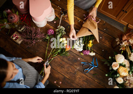 Fioristi rendendo mazzi sfondo Foto Stock
