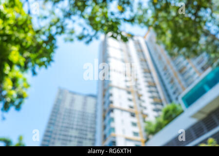 La sfocatura dello sfondo. di guardare condominio e albero con il blu del cielo in giornata soleggiata.real esate concept Foto Stock