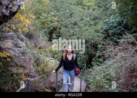 Spagna, Alquezar, giovane donna su una escursione a piedi sul lungomare Foto Stock