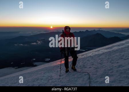 Russia, Superiore Valle Baksan, Caucaso, alpinista montaggio ascendente Elbrus Foto Stock