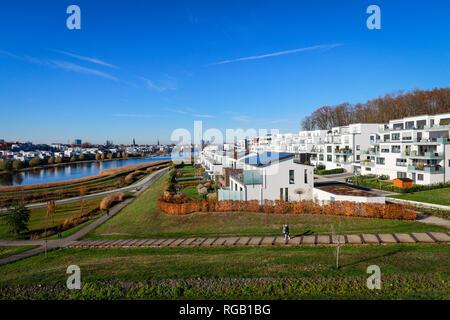 Dortmund, Renania settentrionale-Vestfalia, la zona della Ruhr, Germania - nuovo alloggiamento dello sviluppo presso il lago di Phoenix, Lago di Phoenix è un creato artificialmente il lago sul fo Foto Stock