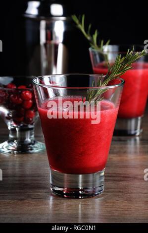 Appena fatti di succo di mirtillo palustre con un rametto di rosmarino Foto Stock