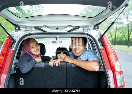 La famiglia musulmana di guardare fuori dal retro windows