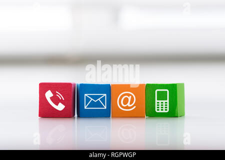 Contattaci concetto con colorate simbolo di blocco telefono, e-mail, indirizzo e telefono cellulare. Foto Stock