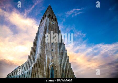 Chiesa Hallgrímskirkja (Chiesa Hallgrims) dall'architetto Guðjón Samúelsson in Reykjavík, Islanda Foto Stock