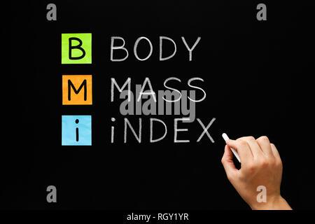 La scrittura a mano BMI - Indice di Massa Corporea acronimo con gesso bianco sulla lavagna. Foto Stock