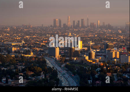 Vista di Hollywood con il centro cittadino di Los Angeles in distanza al tramonto. Foto Stock