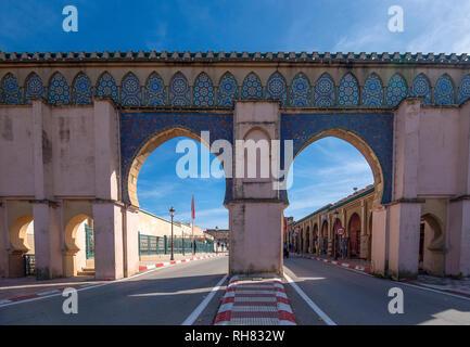 Bab Moulay Ismail di fronte al famoso mausolem , tomba e moschea di Meknes, Marocco Foto Stock