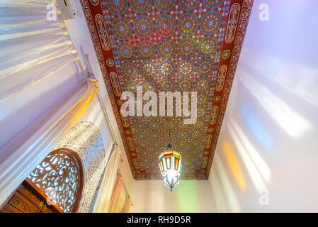 Cortile interno con pareti in piastrelle e pavimento di mosaico