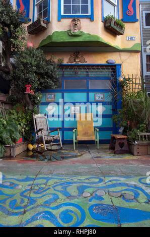 Questa casa vicino a Ocean Beach a San Francisco è colorata e vibrante, che rende distinguersi dal resto del quartiere. Foto Stock