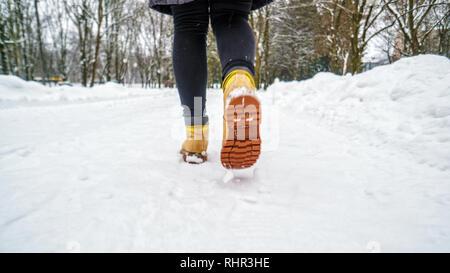 Passeggiata invernale in giallo stivali in pelle. Vista