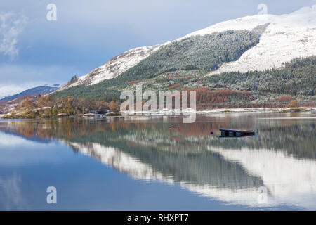 Riflessioni in Loch Leven in un freddo inverno mattina da Glencoe Village, altopiani, Scozia in gennaio Foto Stock