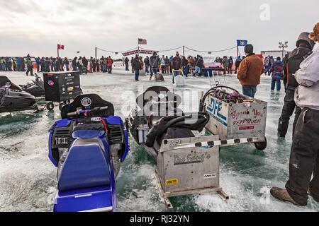 Fair Haven, Michigan - motoslitte pronti a competere in drag racing su Anchor Bay del lago ghiacciato di St Clair. Foto Stock
