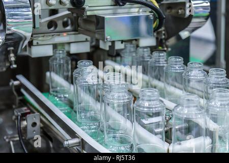 Cancellare le bottiglie di vetro trasferimento sul trasportatore automatizzato di sistemi di automazione industriale per il pacchetto