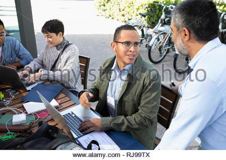 Imprenditori parlando al cafe tabella Foto Stock
