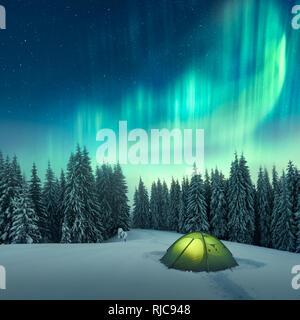Aurora Boreale. Luci del nord in inverno foresta. Cielo polare con luci e stelle. Notte paesaggio invernale con aurora, tenda verde e la foresta di pini. Concetto di viaggio Foto Stock